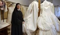 """Cascia. """"Atelier"""" di Santa Rita sul Nyt. Suore donano abiti da sposa"""