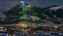 Gubbio accende la stella dell'albero di Natale in memoria dei caduti in tutti gli attacchi terroristici delle ultime settimane