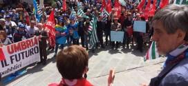 """Perugia, in centinaia in piazza per chiedere il """"contratto subito"""""""