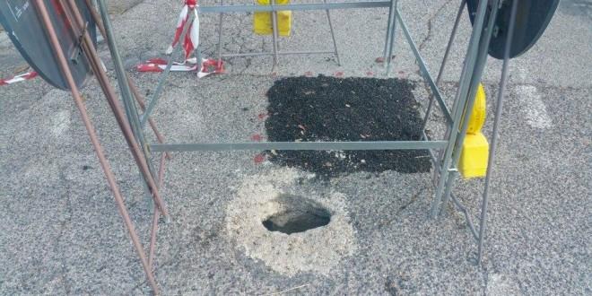Borgo Rivo, si apre buco nell'asfalto: la segnalazione al comune risale a due settimane fa