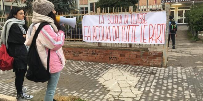 Pioggia dal soffitto al Liceo Statale Pieralli: la protesta degli studenti